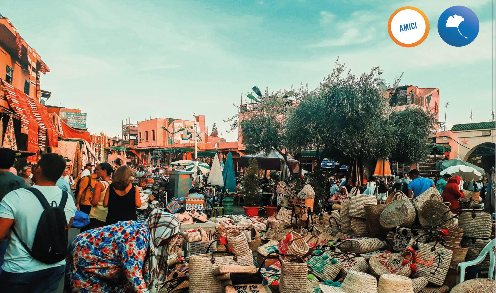 bancarella di cappelli di paglia nel souk di Marrakech
