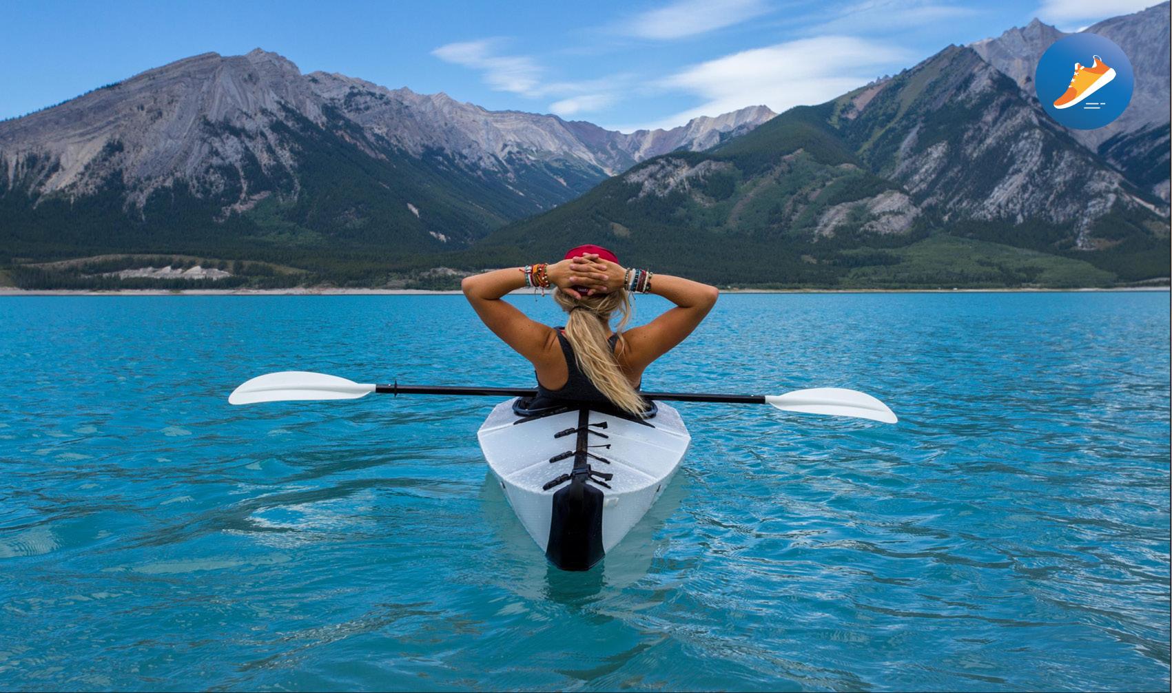 ragazza in canoa