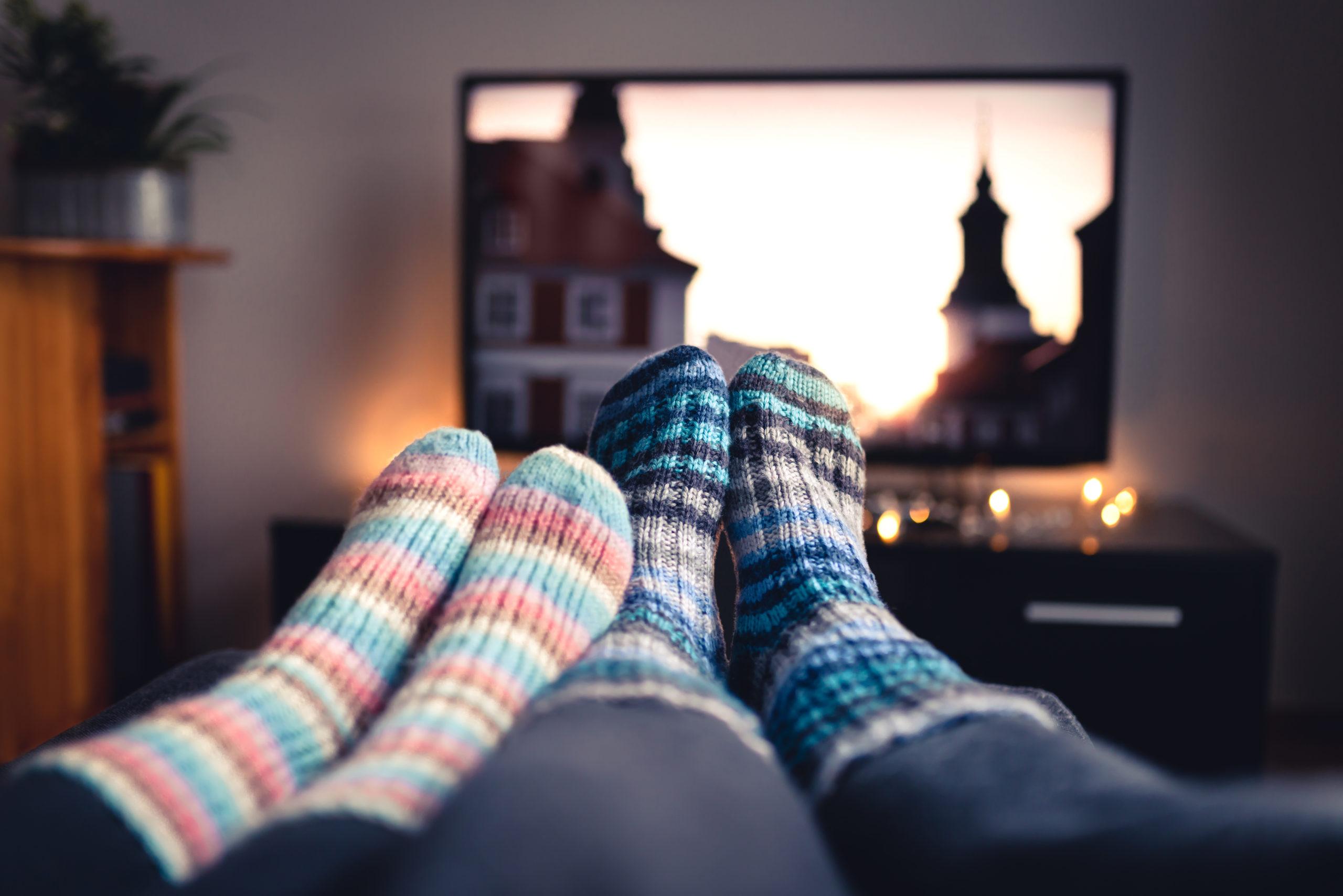 seduti sul divano a vedere la tv