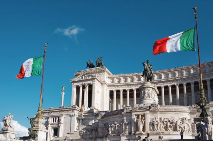 vittoriano - roma - bandiere Italia