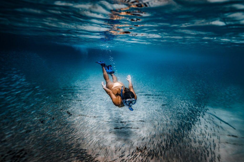 ragazza che fa snorkeling