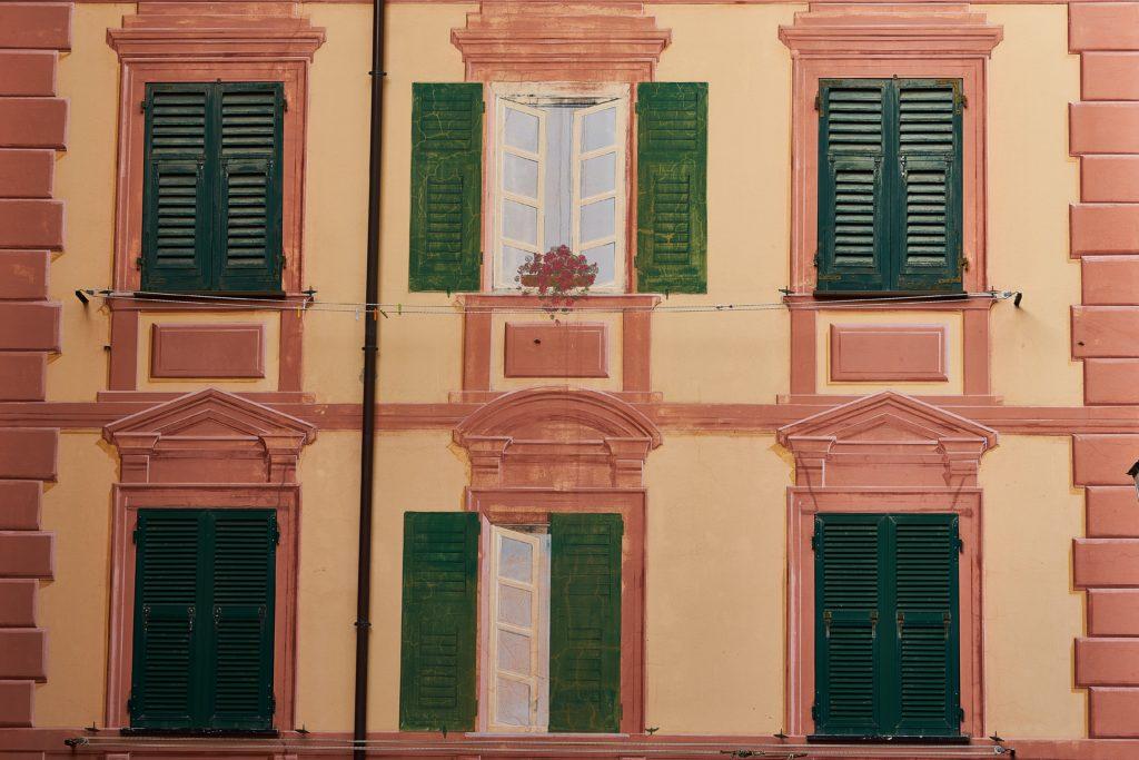 palazzo facciata con finestre finte dipinte